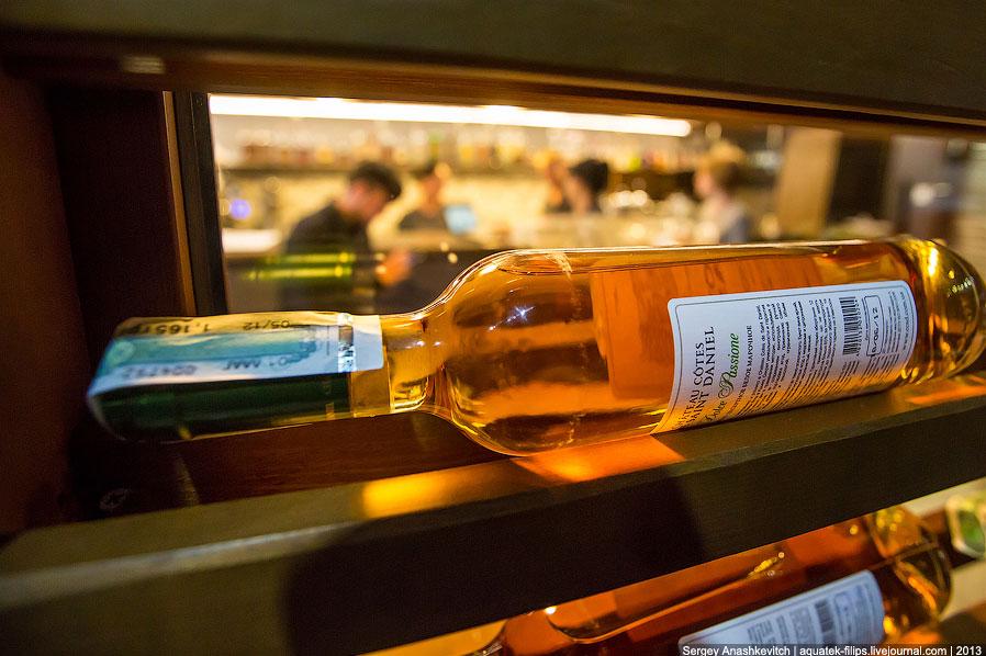 В качестве примера для подготовки сюжета использована винная комната нашего ресторана «Остров»