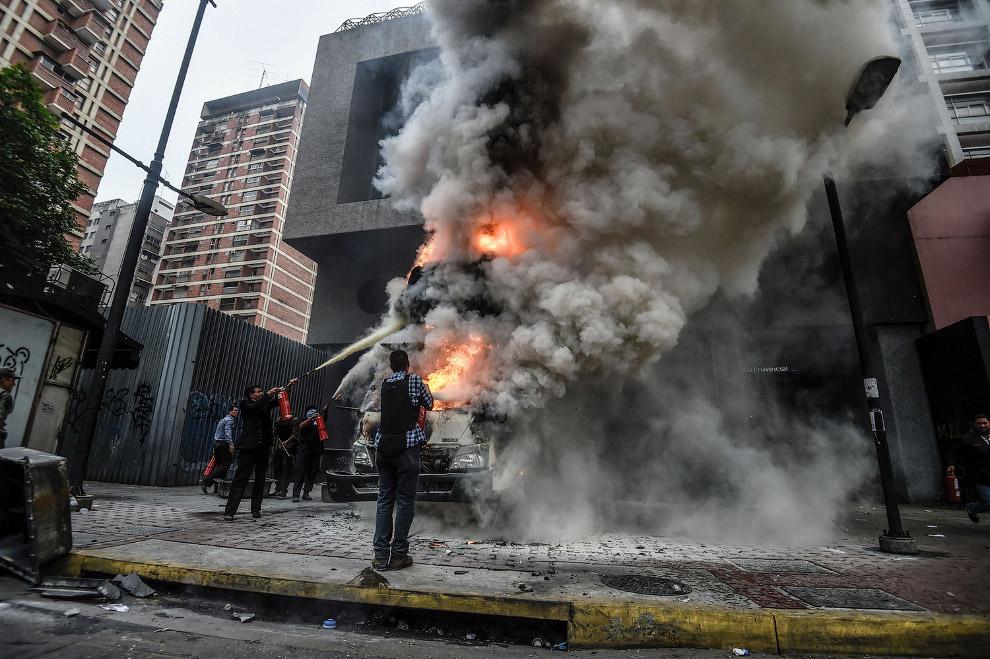 4. Тем временем, «оппозиционные демонстранты» запускают с крыши ракету-фейерверк по ОМОНу. (Фот