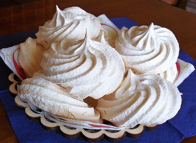 Пирожное «Безе» Белоснежное пирожное, состоящее из двух половинок. Части нежного хрустящего безе скр