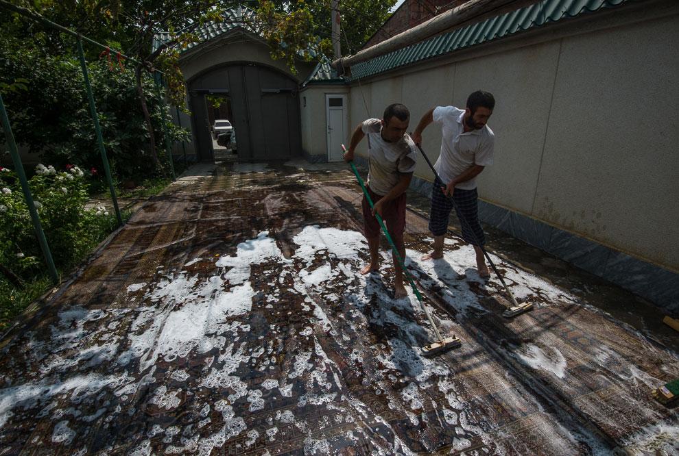 После помывки, ковёр надо просушить и он готов на продажу. Нас даже пригласили снять дом, интер