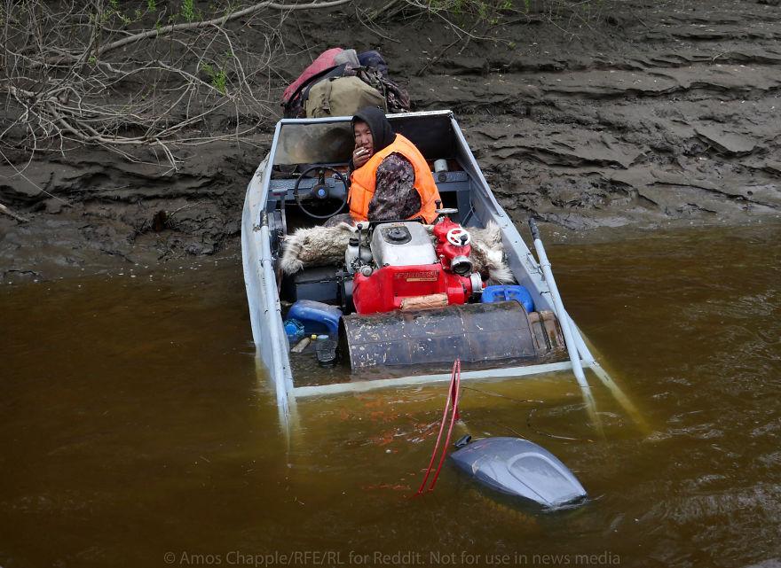 Мужчины на высокой скорости врезались в берег. В три часа ночи спасатели нашли их без сознания в лод