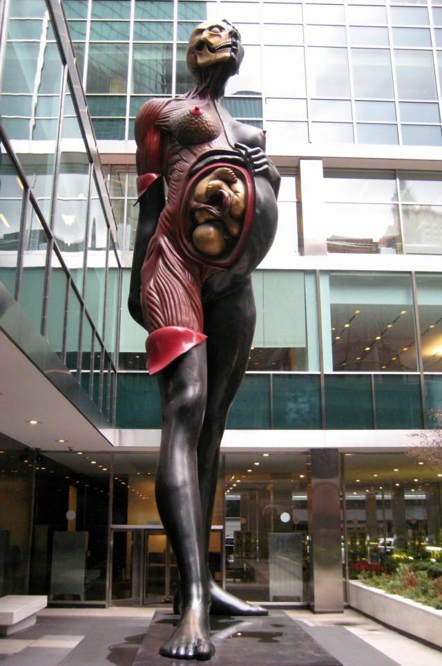 Как и многие другие художники, Дэмьен Херст тоже довольно неоднозначный персонаж. Но это не единстве