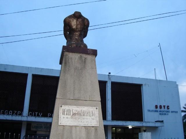 СОГЛАСНО МЕСТНЫМ ЛЕГЕНДАМ 22 ноября 1945 года рабочие обнаружили обезглавленное тело, похороненное в
