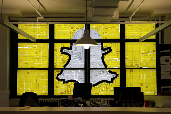Кто-то вылепил из стикеров иконку социальной сети Snapchat.