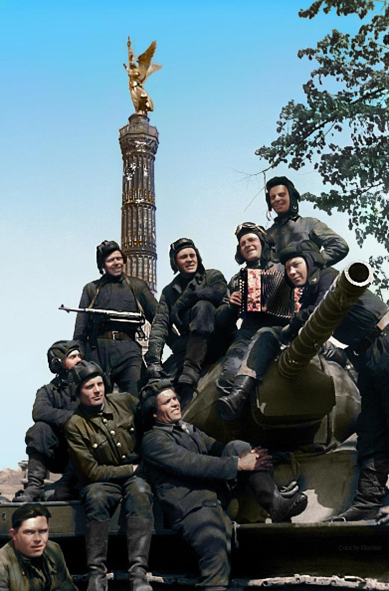 Советский танк на улице города Севастополя, 9 мая 1944 года, до Победы остался ровно один год.