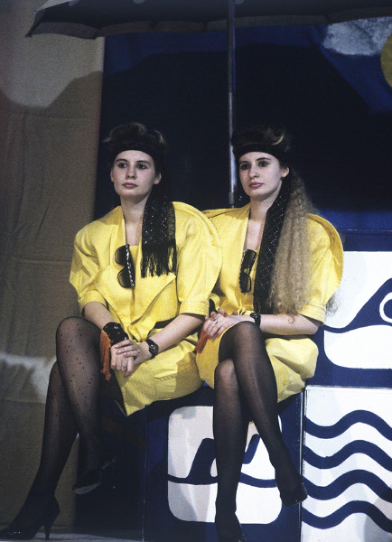 Победительницы конкурса «Мы — близнецы» — Юлия и Светлана Левреневы, 1990 год. Свитера из ангорки с