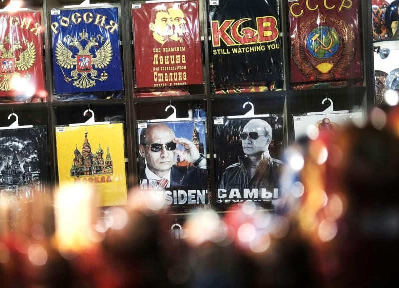 Обычная футболка с дружелюбным, совсем не серьезным напоминанием «КГБ все еще следит за тобой».