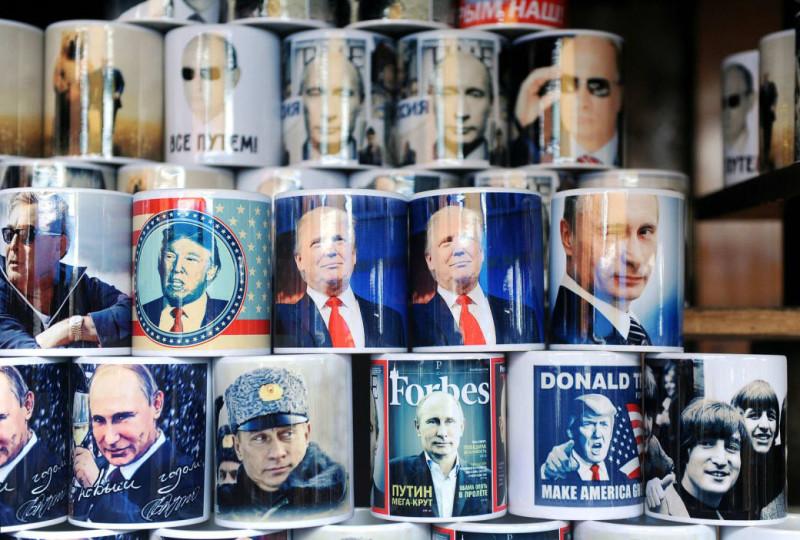 А вот кружки для любителей кофе с Путиным, Трампом и — неожиданно — The Beatles.