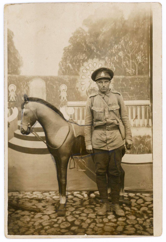 1920-е годы. Солдат позирует с фанерной лошадью, Эстонская Республика.