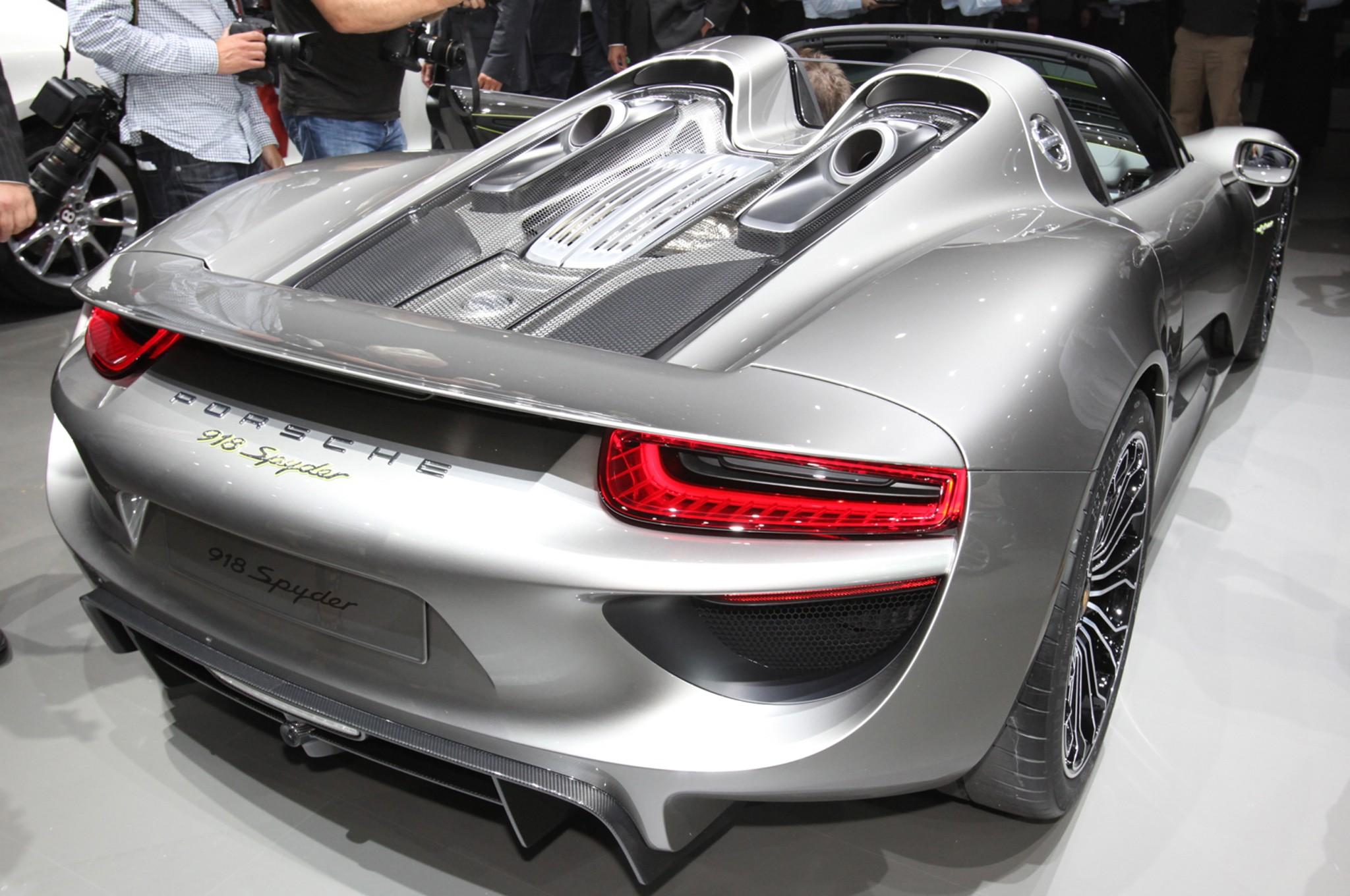 Повторить подвиг Суворова: 19 моделей Porsche 918 Spyder преодолели Альпы