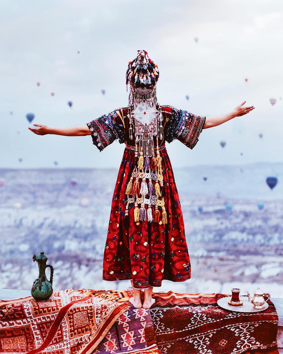 Flying Dress - She sublimates the world with aerial dresses