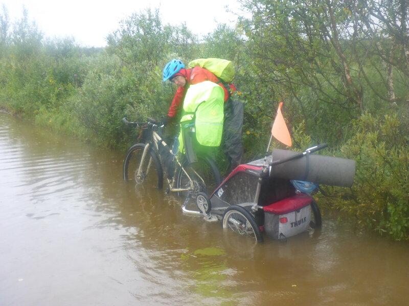 велопоход с велоприцепом thule chariot cougar в глубокой луже