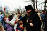 Епископ Меркурий благословляет учащихся воскресной школы после литургии.