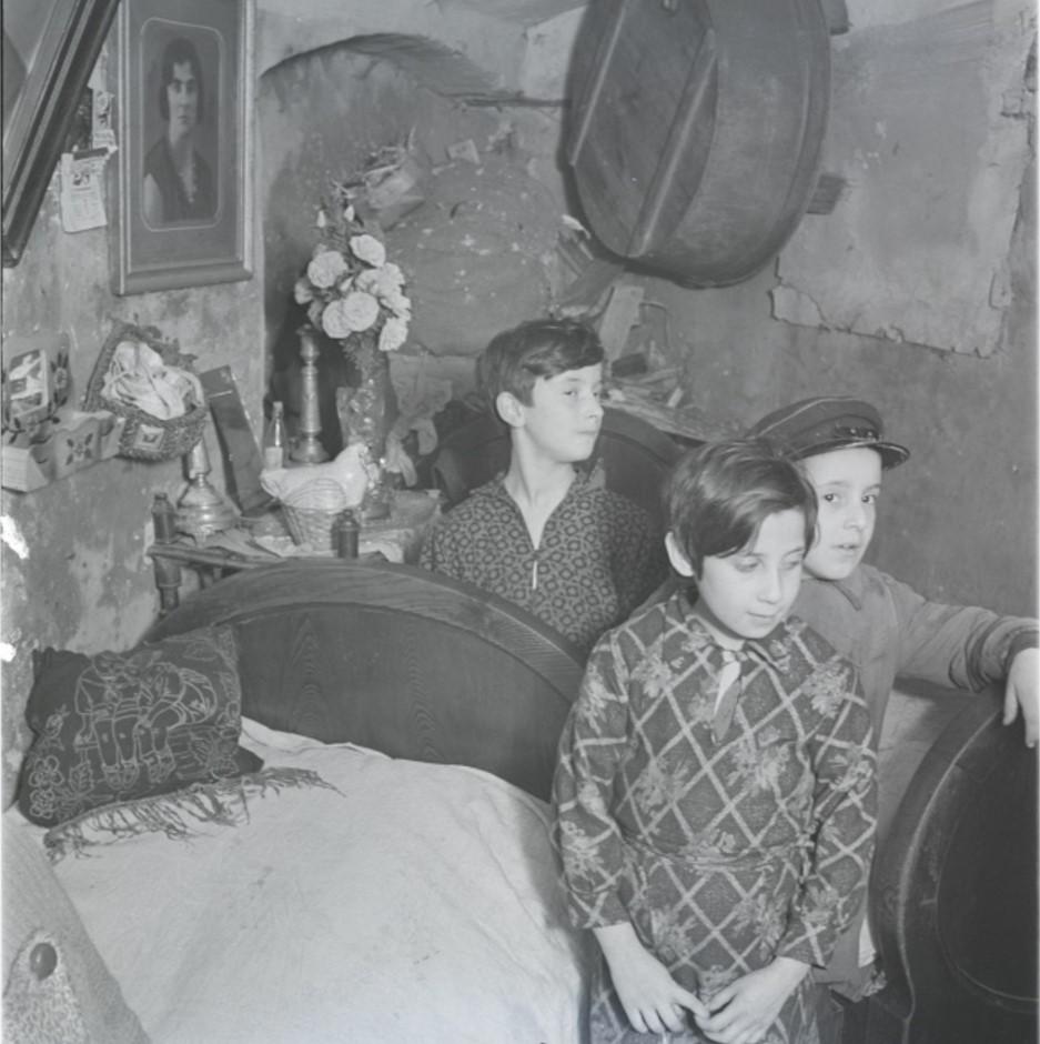 Дети в подвальном жилище