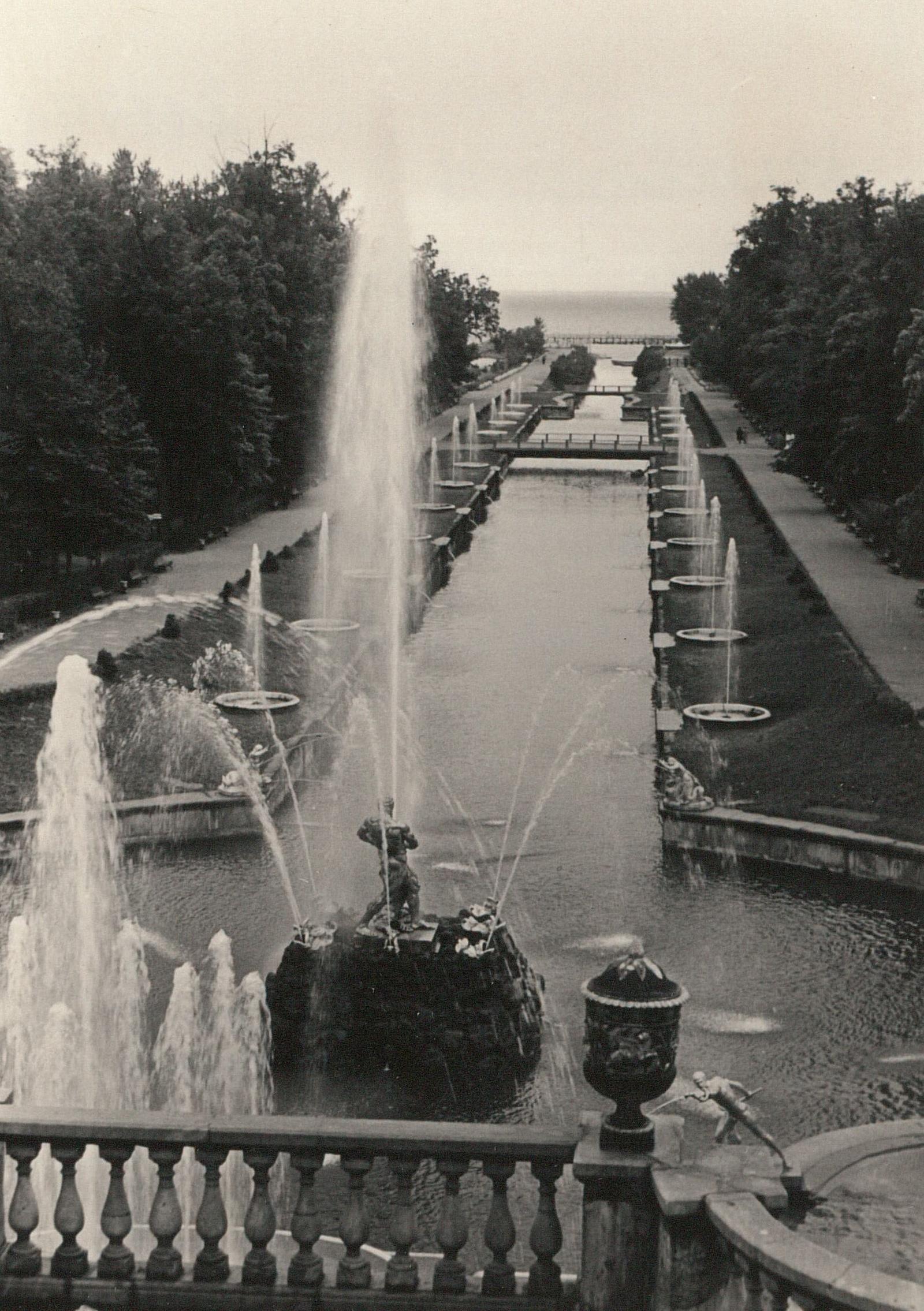 Петергоф. Вид с террасы Большого дворца на Большой каскад и Морской канал