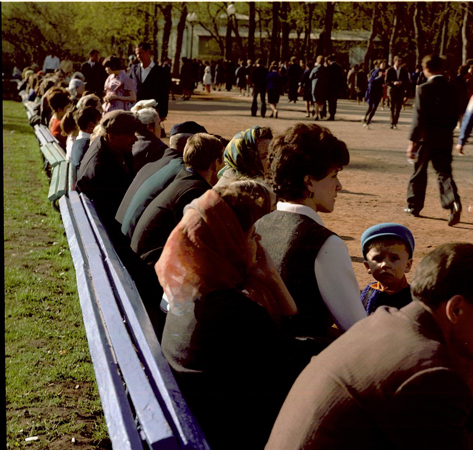 На скамейках в парке Горького