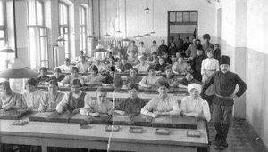 Технический контроль в капсюльной мастерской. 1915