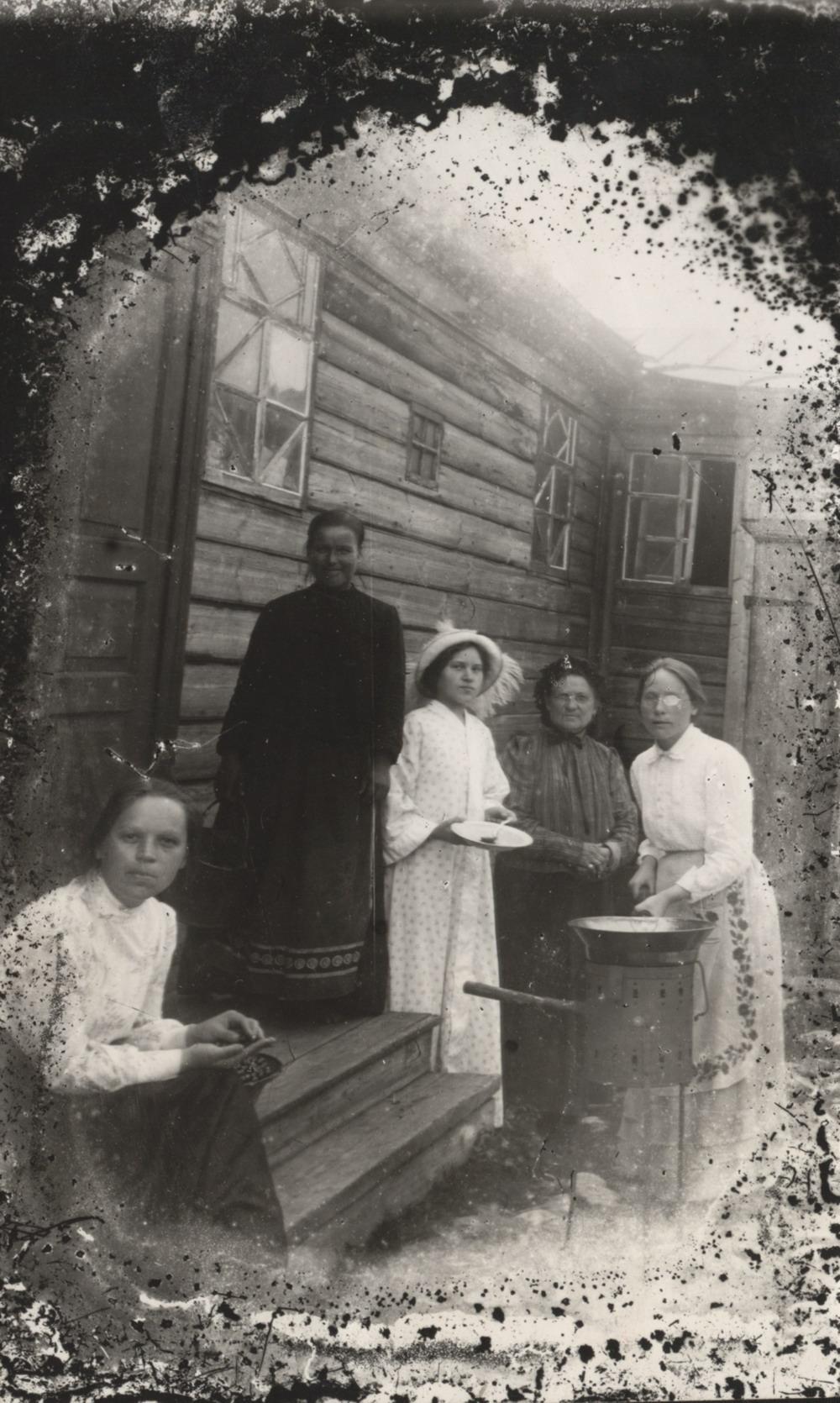 Варка варенья на заднем дворе дома Наставиных