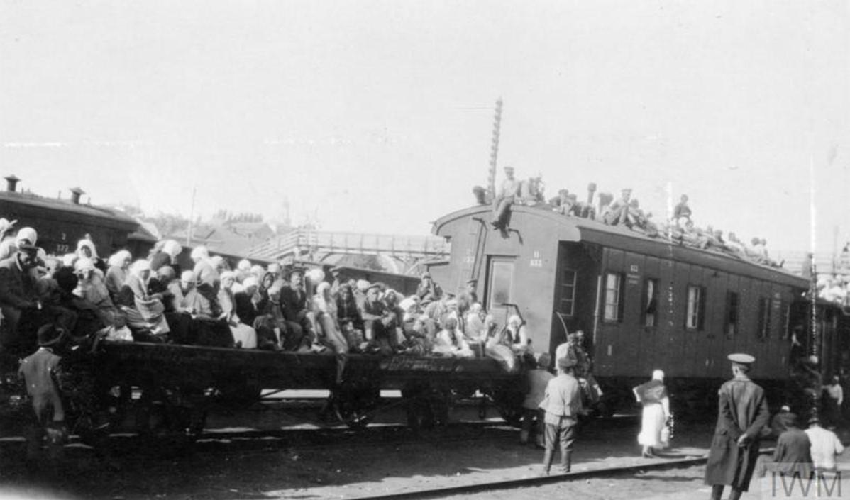 Поезд, полный  беженцев на железнодорожном вокзале Царицына, август 1919