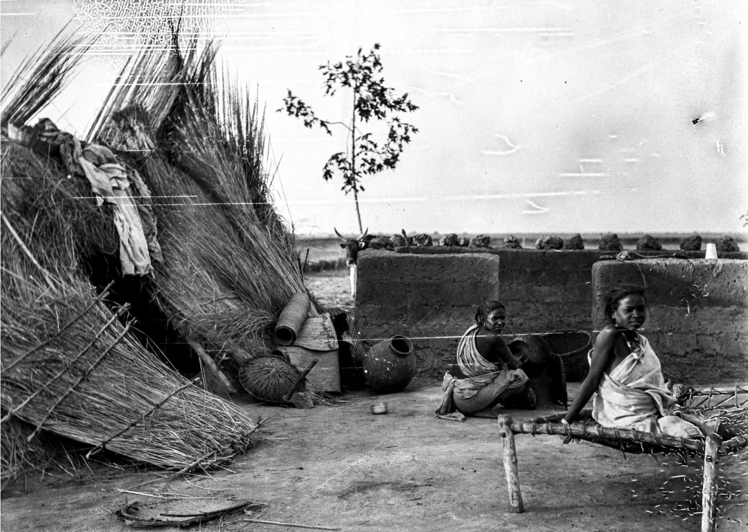 1365. Шантиникетано. Две женщины возле хижины