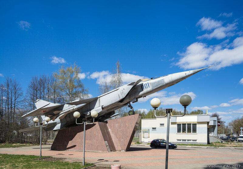 Дубна. Памятник самолету МИГ-25.