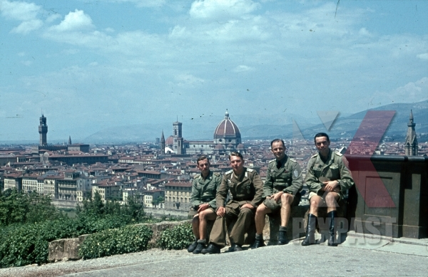 stock-photo-wehrmacht-troops-in-tropical-uniform-with-medals-florence-italy-1944-26th-panzerdivisionsnachrichtenabteilung-12340.jpg