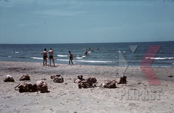 stock-photo-german-afrika-korp-soldiers-relaxing-at-the-beach-north-africa-1942-9881.jpg