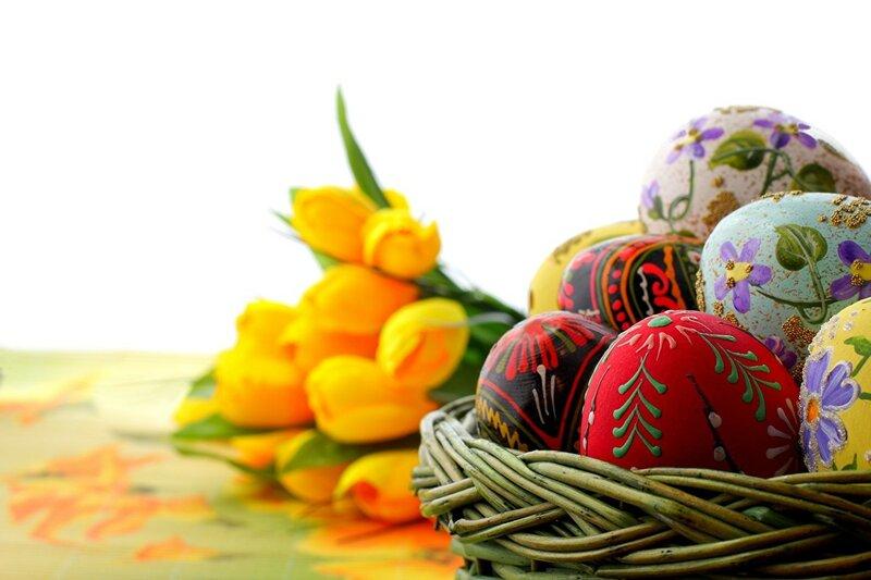 корзинка с яйцами на стол на Пасху