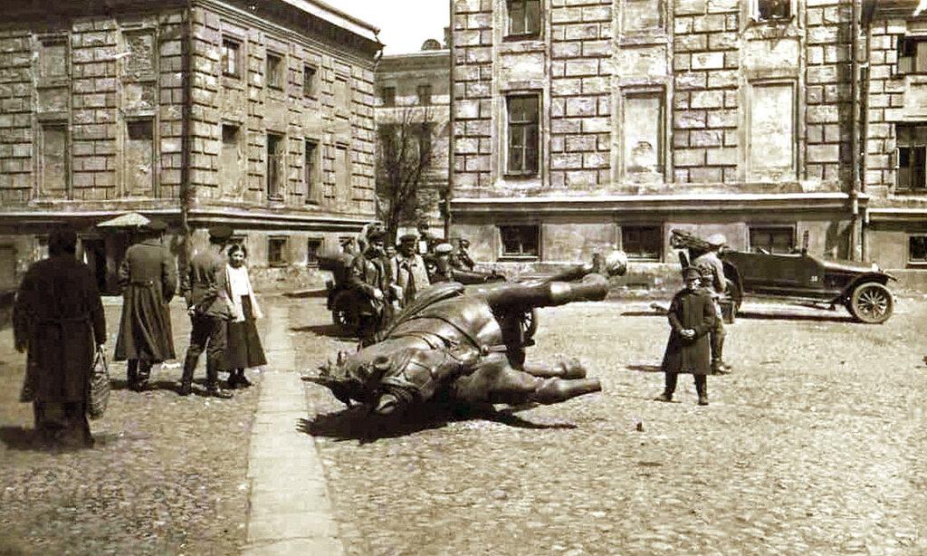 Демонтаж памятника генералу Скобелеву 1918