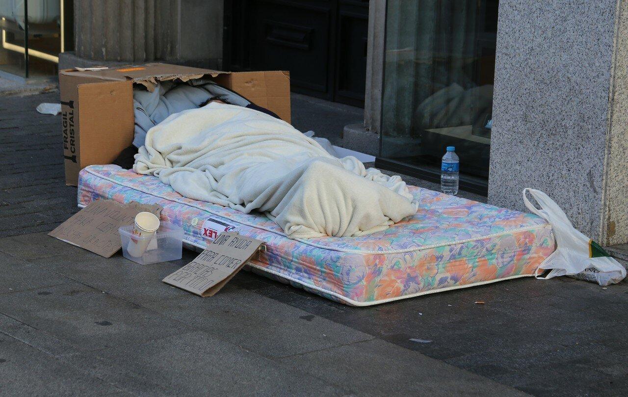 Утренний Мадрид. Гран-Виа. Бездомный
