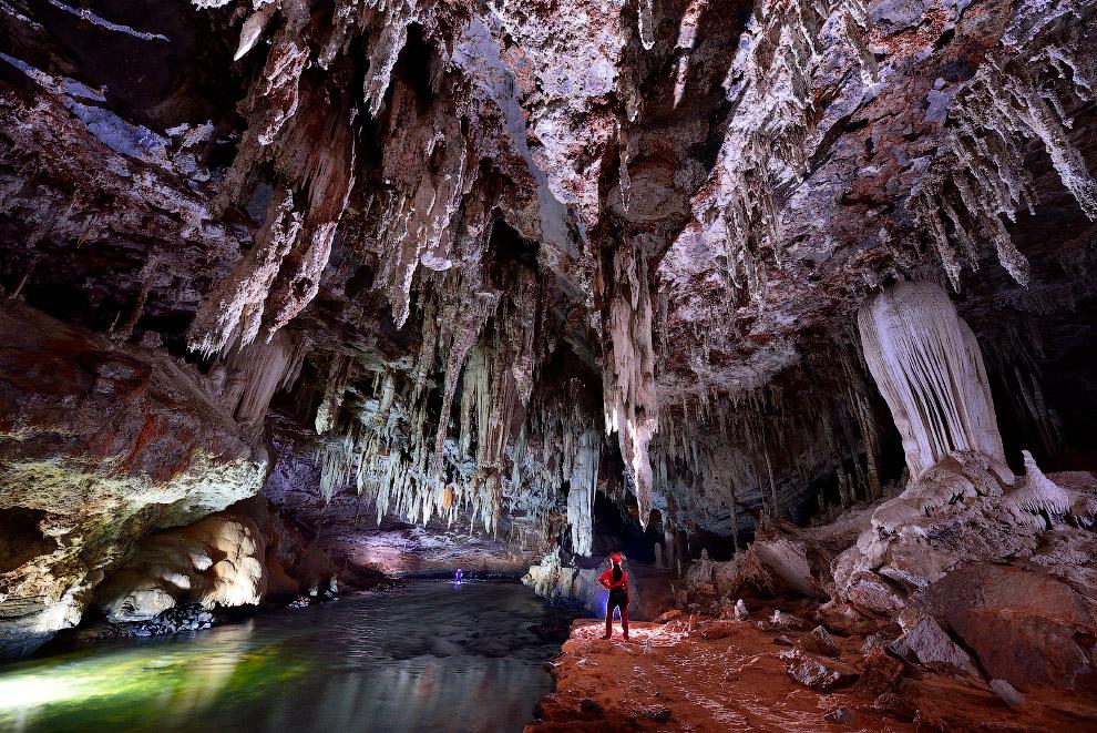 4. Пещера сформировалась под непрерывным воздействием дождевой воды и реки Лапа, которая спуска