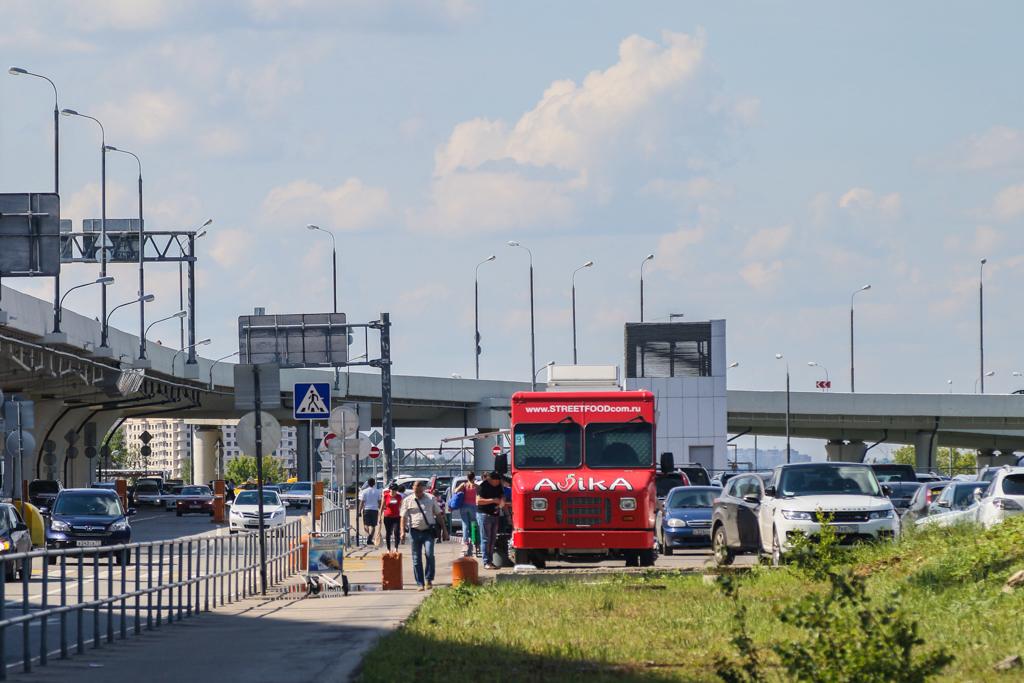 Когда на аэроэкспрессе вы приедете в аэропорт Внуково, выходите по указателям к терминалу D. На улиц