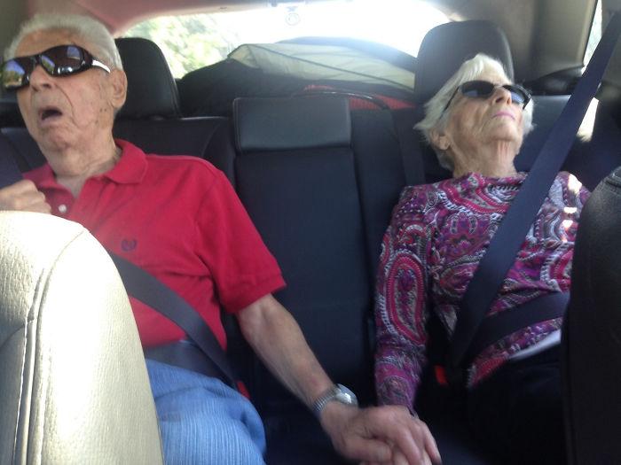 «Моим дедушке и бабушке 86 и 91. Они до сих пор держатся за руки, когда спят».