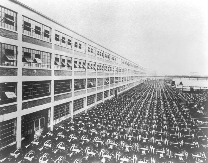 1000 шасси от Ford Model T на стоянке завода в Хайленд-Парке. Столько шасси производится за девятича