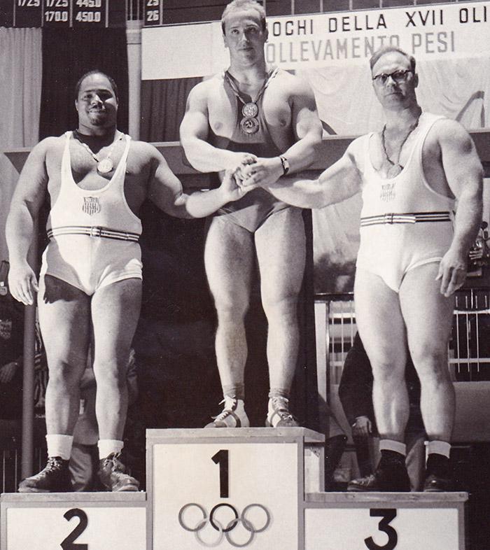 Золотой призер Юрий Власов на Олимпиаде-1960. Самыми первыми советскими культуристами той эпохи можн
