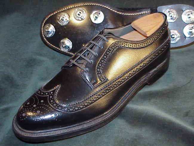 © classicshoesformen.com  Вшестидесятых компания начала продвигать Corfam— обычный кожзам. К