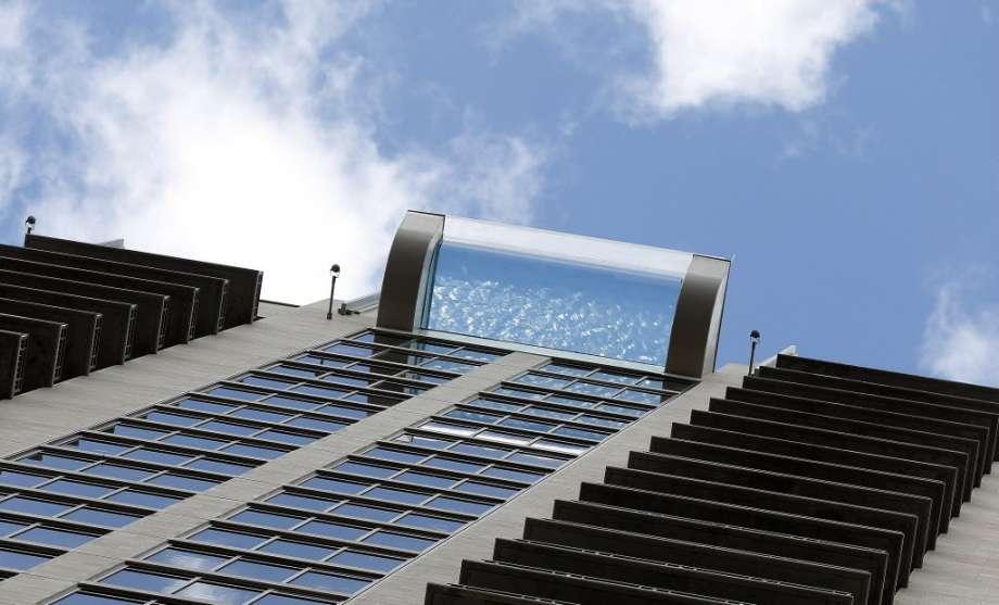 Шаг в пустоту: бассейн с прозрачным дном на высоте 150 метров (8 фото)