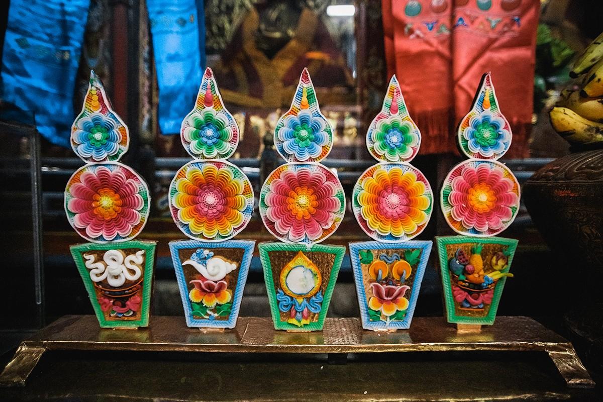 23. Торма — скульптуры из теста с украшениями, вылепленными из масла. В тибетском буддизме они испол
