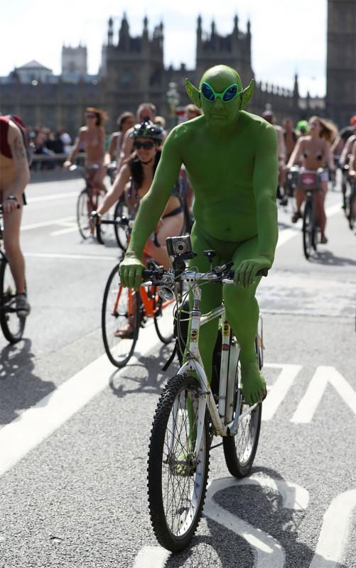 Голый пробег — это способ подчеркнуть уязвимость велосипедистов на дороге.