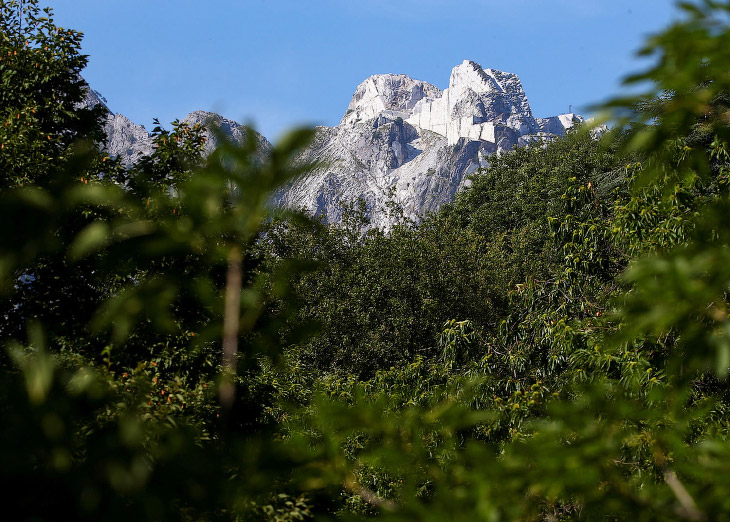 2. Альпинисты-высотники исследуют мрамор. (Фото Alessandro Bianchi | Reuters):