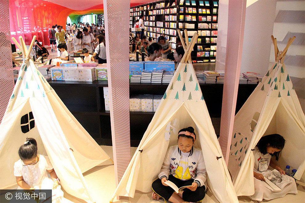 Помещение для маленьких читателей носит название «Детский замок». Как, наверное, уютно и приятно лис