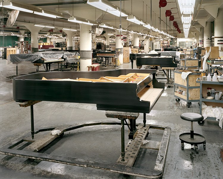 Если раньше клавиши на этих роялях делались из слоновой кости, то сейчас компания уже отказалас
