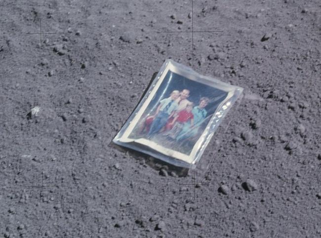 Астронавт Чарльз Дьюк, один из участников миссии «Аполлон-16», оставил фотографию своей семьи (сам Д