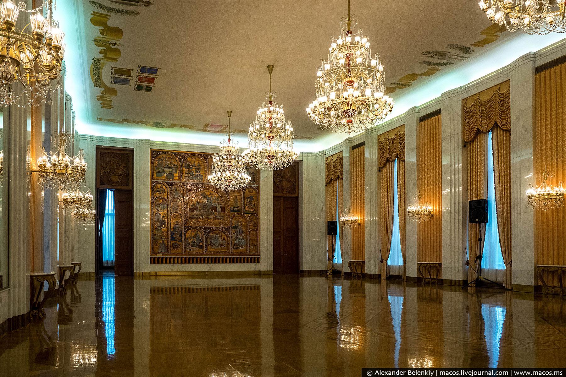 «Золотой» зал, его еще называют бальным. Он используется для больших приемов и концертов. Самый наря