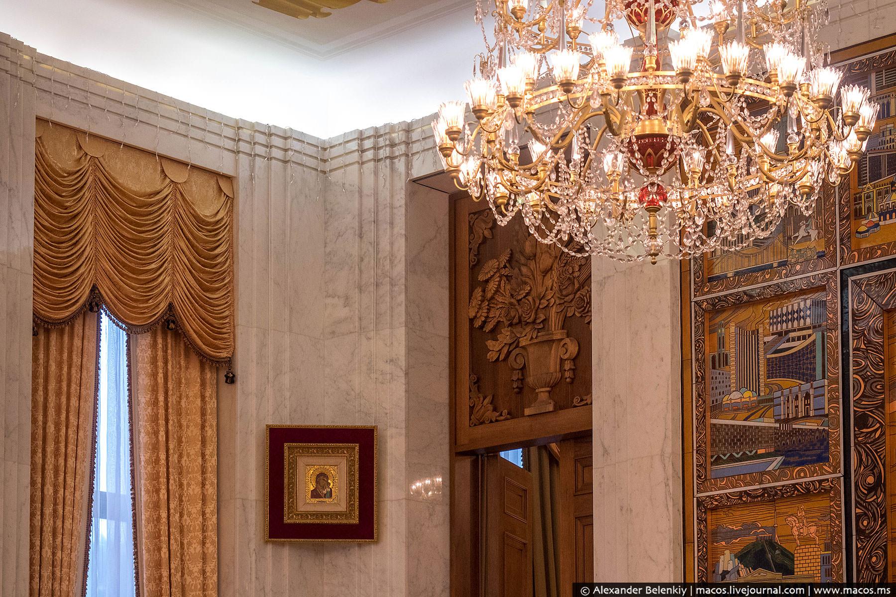 В углу рядом висит (как говорят сами сотрудники посольства) один из самых ценных экспонатов русской