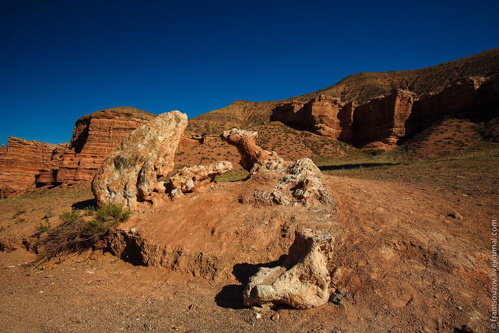Когда-то очень давно этот кусок скалы откололся и упал вниз. Не хотелось бы присутствовать при подоб