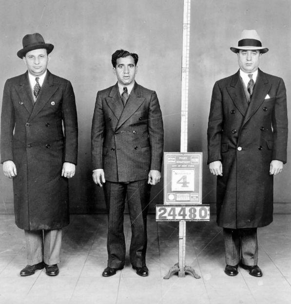 Наемный убийца и двое его сообщников фотографируются для магшота, 1938 год.