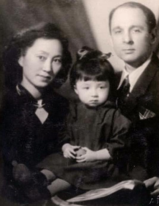 Фото 6 - Маленькая Надя Рушева с родителями.jpg