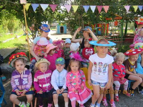 В детском саду «Пчёлка» во всех возрастных группах прошло развлечение «Дело в шляпе»