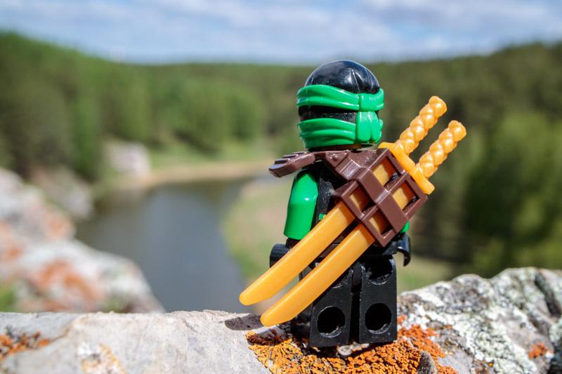человечек Lego сморит со скалы на реку Каменка, город Каменск-Уральский